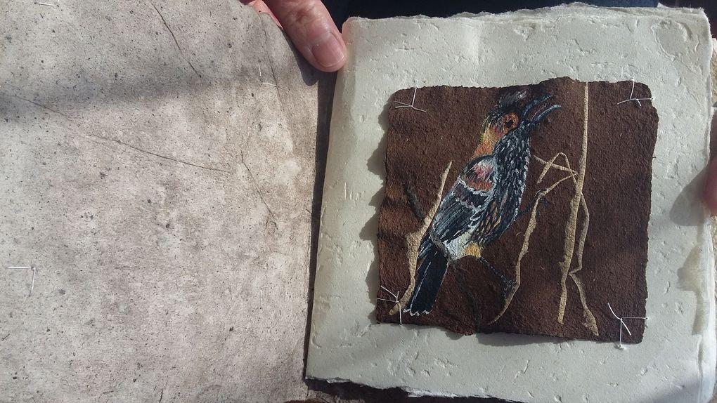 les peintures sont réalisées sur papier d'amadouvier , puis cousues  sur des papiers texturés avec des matériaux de Brière