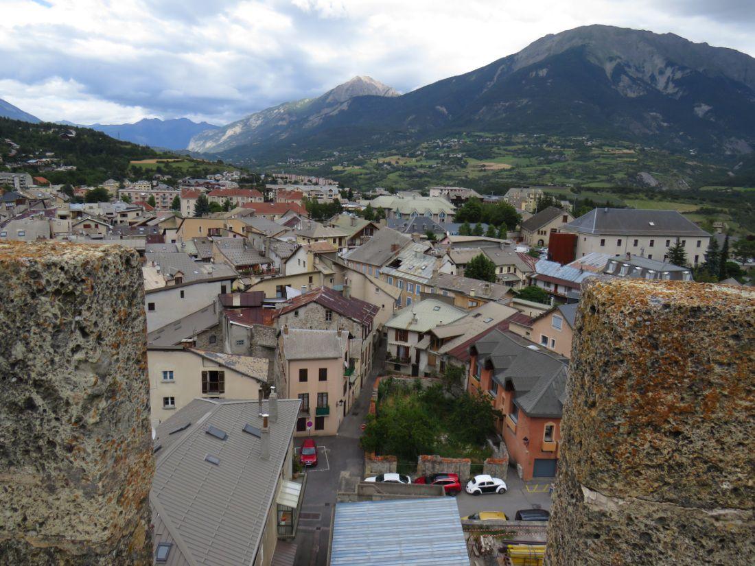 Vieille cité des Hautes Alpes, dominant la plaine de la Durance