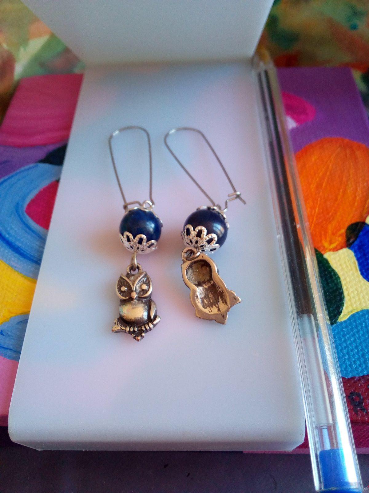 fait mains en france,boucles oreilles crochetsacier avec perle ronde lapis lazuli,pierre precieuse bleueet breloques chouettesargente tibetain,cadeau fete anniversaire,boho bobo gothique baroque rococo,meditation bien être spirituel,lithotherapie