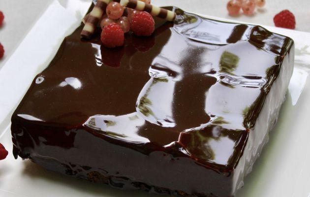 Gâteau miroir crémeux et croustillant au chocolat