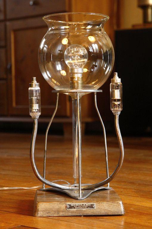 Lampe créées à partir de divers objets  de mesure récupérés dans les laboratoires de chimie.