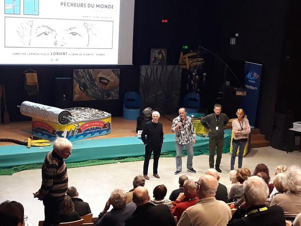 Les réalisateurs présentent leur film et, après la projection échangent avec le public.