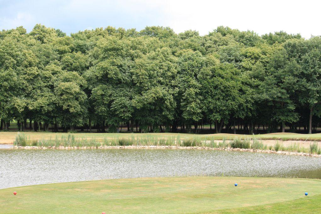 Golf d'Apremont Chemin départemental 606, 60300 Apremont A proximité de Paris, entre Senlis et Chantilly, au cœur d'une forêt de 120 hectares. 18 trous - Par 72 – 6.395m - Créé en 1992 par l'architecte John Jacobs. Photos: E.CRIVAT