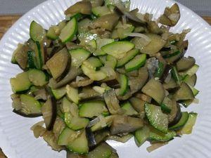 2 - Verser un filet d'huile d'olive dans une poêle et faire revenir l'échalote quelques minutes, puis rajouter les courgettes et aubergines. Laisser cuire pendant 5 à 7 mn (elles doivent être encore légèrement fermes pour recuire ensuite au four).
