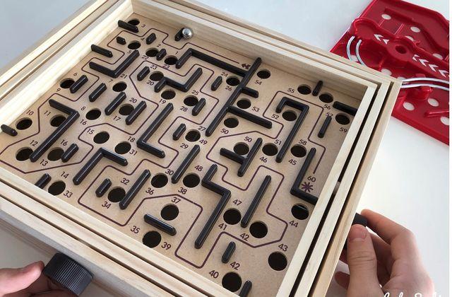 Patience et agilité avec le labyrinthe Brio