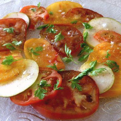 """carpaccio de tomates, poire, cerfeuil, poivre des oiseaux, huile d'olive """"so olive"""" et sel de maldon"""
