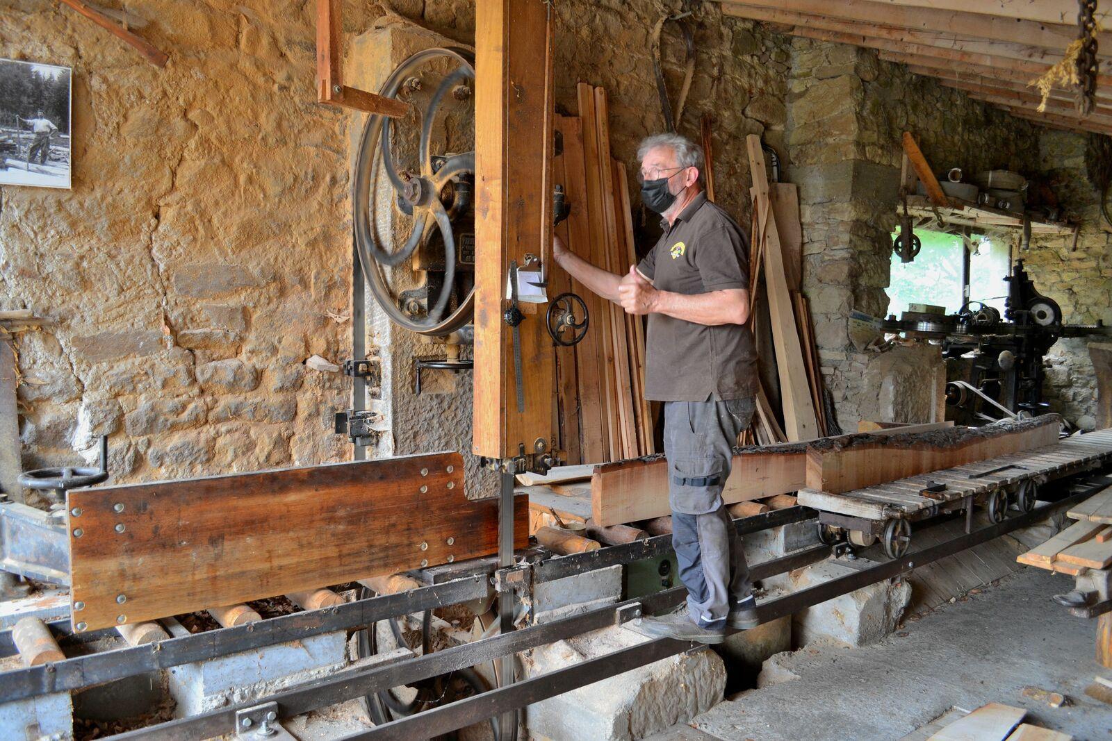 La découpe de bois à la scierie des Massons...