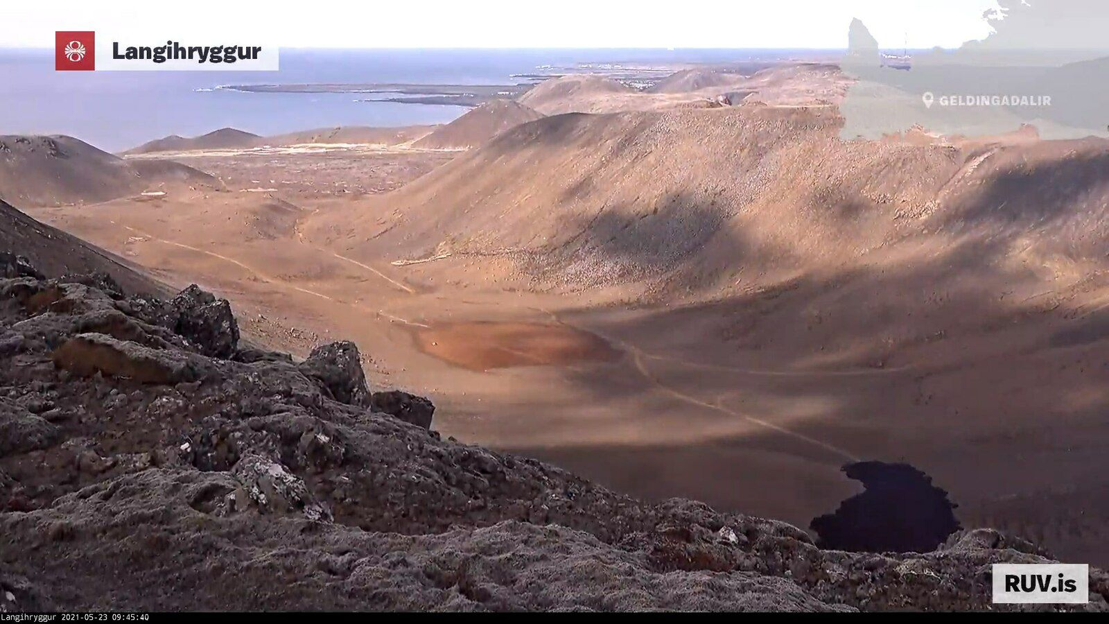 Eruption of Fagradalsfjall - Valley of Nátthaga - advance of the flow towards the sea on 23.05.2021 / 09:45 - Langihryggur webcam (reverse point of view compared to the previous photo)