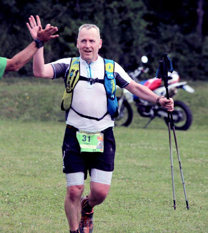 Impressionen von der Zielankunft 64 und 30 Kilometer - Organisator Thomas Gumpert gratulierte jedem Teilnehmer persönlich beim Zieleinlauf. Die Läufer konnten nach dem Zieleinlauf, bei dem es wieder eine tolle Medaille gab, etwas trinken und eine vorzügliche Zielverpflegung genießen.