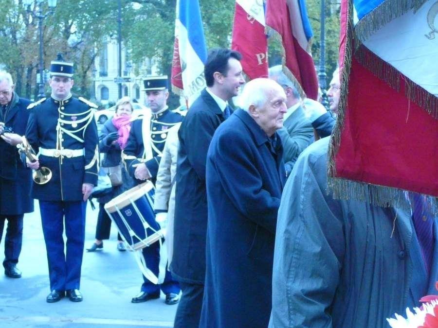 39ème anniversaire de la disparition du Général, dépôt de gerbes avec la Fondation de la France Libre  et un représentant du Secrétaire d'Etat aux Anciens Combattants, Champs Elysées le 08/11/2009. Le bureau national de l'UGF avec Henri Guain