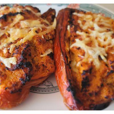 Pimientos morrones rellenos de pollo y verduras