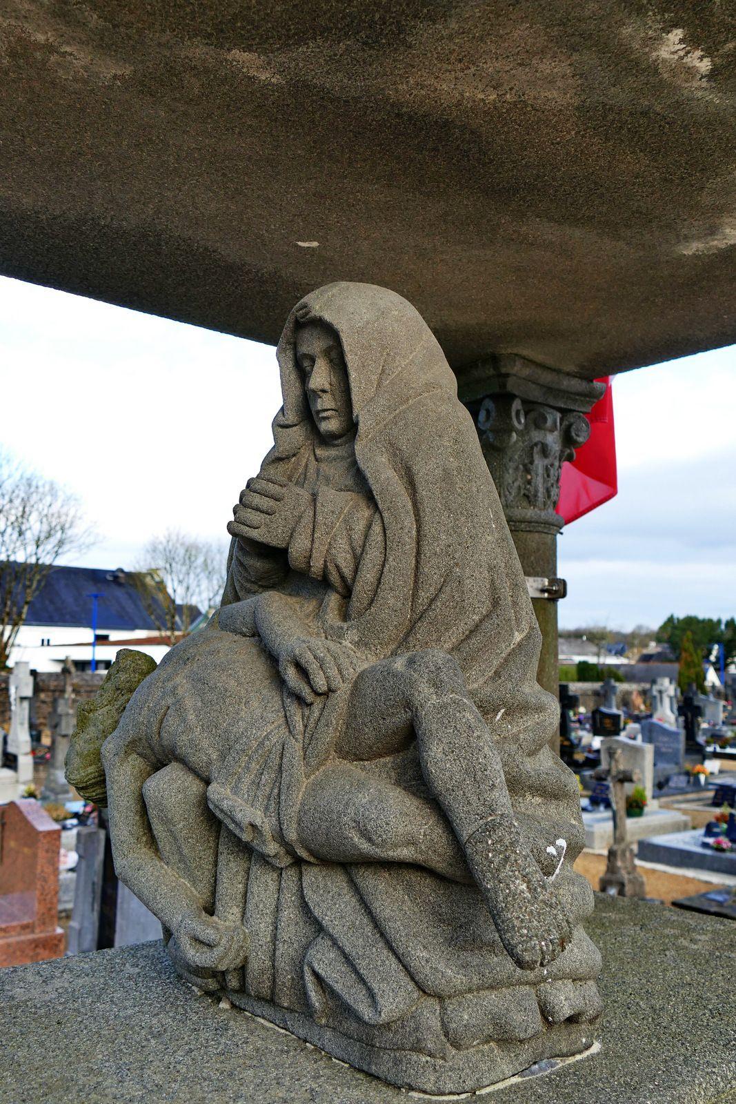 Vierge de Pitié (kersanton, atelier Prigent v. 1550) du Monument aux morts, cimetière de Plouvorn. Photographie lavieb-aile 2021.