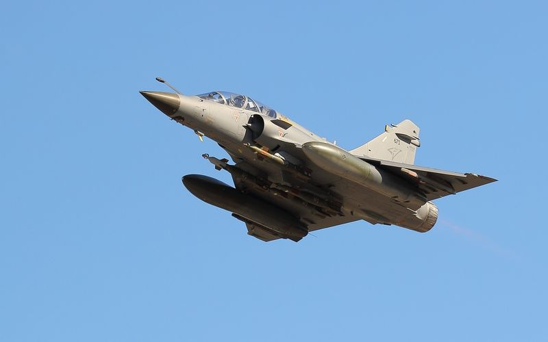 PHOTO : Un Mirage 2000D vole équipé de quatre GBU-12
