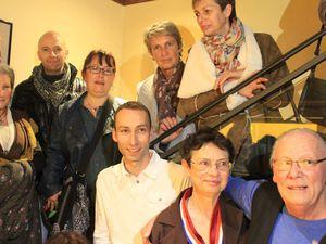 Difficile de réunir autour d'Henri les 25 santonniers pour la photo de groupe réalisée dans une joyeuse bousculade.