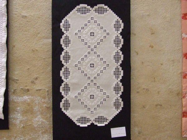 """À la chapelle des Bénédictines de Saint-Jean-d'Angély, exposition de 30 patchworks par """"Le fil en fête"""", organisée par Sylvie Denieuil et 15 élèves."""