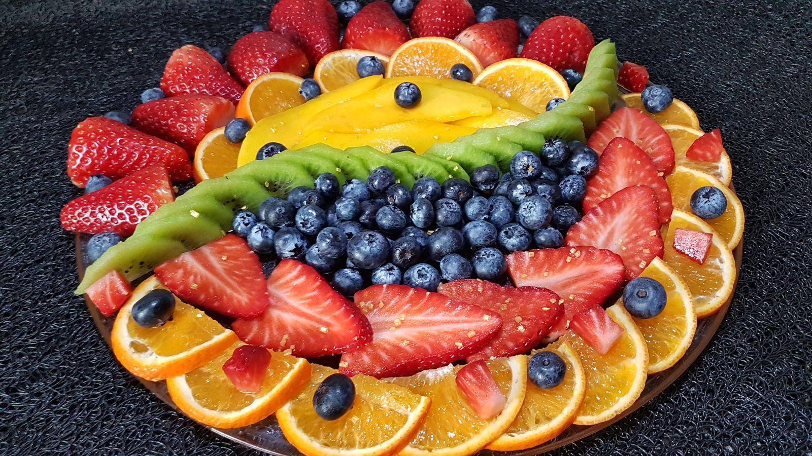 Fruits mis en oeuvre : orange, fraise, mangue, myrtille, kiwi