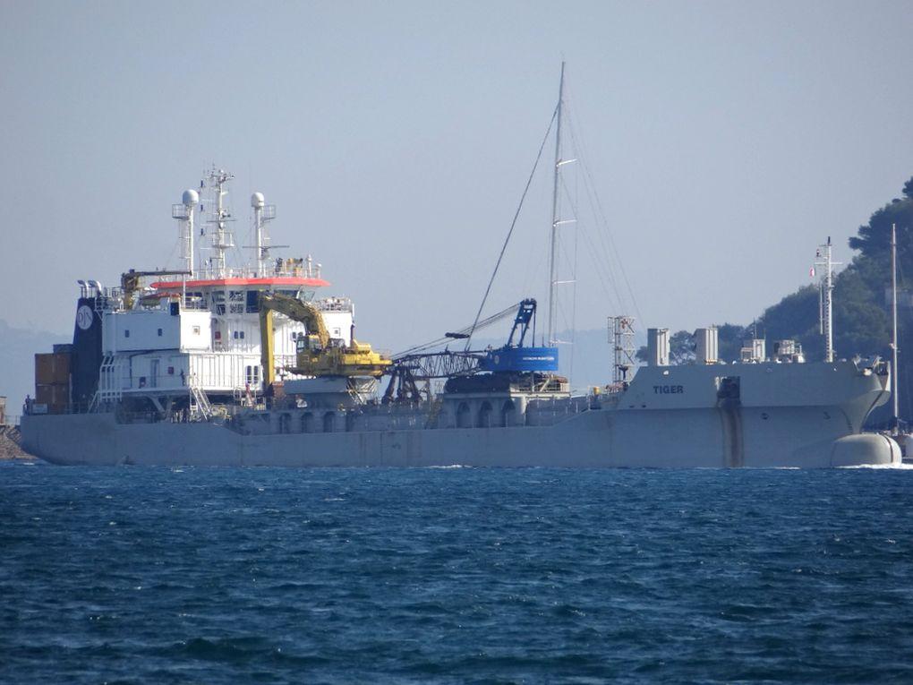 TIGER , chaland a coque ouvrante (SHB) arrivant en petite rade de Toulon le 20 octobre 2017