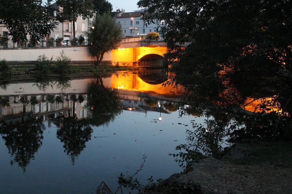 """Paysages de début de soirée: à partir de la passerelle de """"la Passante""""jusqu'au pont du port , on découvre , le pont main, le donjon, L'église St andré,, passage par le pont du Port, redescendre le long de la Sèvre jusqu'à la passerelle au pieds du Donjon"""