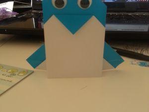 Un manchot en origami (avec les instructions derrière) parce que les manchots c'est cool. Et des vrais yeux qui bougent et tout *O* Enfin ce ne sont pas de vrais yeux... mais ils bougent *O*