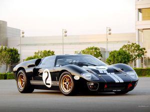 Dans l'ordre : C&G GT40, ERA GT40, DNR GT40, Fiberfab GT40, V8-Archie GT4T, Shelby GT40 85th Commemorative