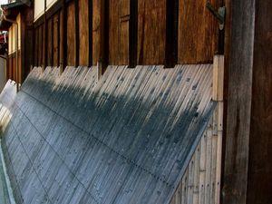 Des maisons typiquement kyôtoïtes, flanquées de Inuyalaï, ces excroissances en bambou permettant de protéger les murs de bois de la pluie, autrefois des éclaboussures des sabots de chevaux, et aussi de l'urine de chiens ou chats qui pourraient venir se soulager!