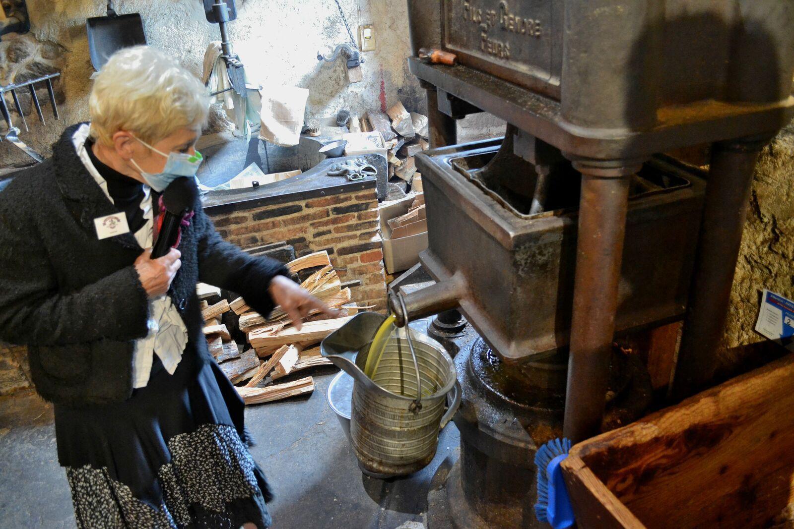 L'élaboration de l'huile de noisette au moulin des Massons...