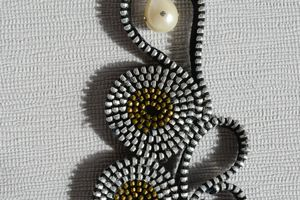 Riciclo Creativo: collana con cerniere nere con perla