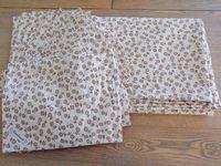 Les mesures que j'ai mis sont une fois les coutures faite, il faut ajouter 2 cm de chaque coté pour la nappe et 1.5 cm de chaque coté pour les sets de table.