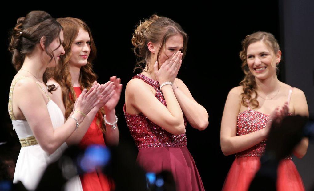Die Siegerin gleich im ersten Wahlgang kann es nicht fassen, die unterlegenen Mitbewerberinnen Alisa Hofmann aus Sulzfeld und Miriam Kirch aus Fahr sind vor Enttäuschung den Tränen nah.