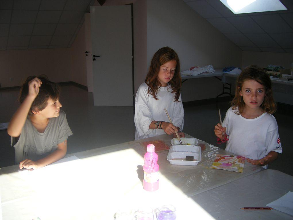 A partir de matériaux de récupération (tissus, ficelles, bouchons, CD, morceaux de plastiques...), les enfants ont réalisé une créature et inventé une courte situation. Dans un second temps, ils ont observé, dessiné puis peint leur créature