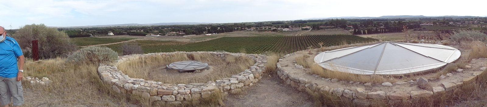 Les deux puits de la glacière et la vue sur la vallée de l'Aude. Pour cette raison lors de la deuxième guerre mondiale cette glacière a été transformée par les troupes allemandes en point d'observation avec de l'artillerie.