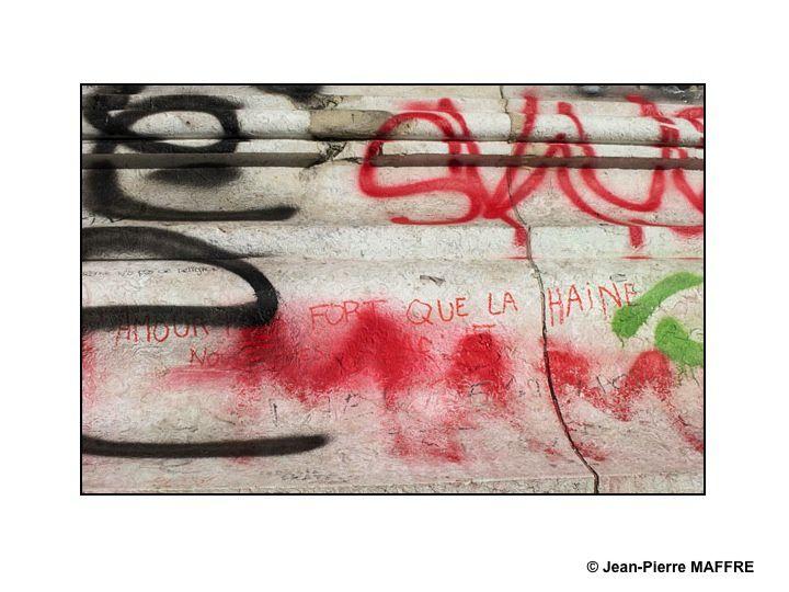 """De la manifestation """"Je suis Charlie"""" qui a eu lieu à Paris, Place de la République, il reste encore quelques traces éphémères qui méritent de ne pas disparaître totalement."""