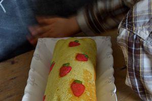 Gâteau roulé aux fraises, avec des motifs !