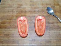 1 - Laver, sécher et éplucher la carotte, la tailler en bâtonnets fins. Faire de même avec le concombre lavé en conservant la peau et en ôtant le centre. Laver, sécher et couper la  tomate en deux dans le sens de la longueur, épépiner et tailler en bâtonnets. Décortiquer les gambas, enlever le boyau central. Réhydrater les nouilles de riz dans un bol avec de l'eau bouillante pendant 5 mn. Egoutter et réserver.