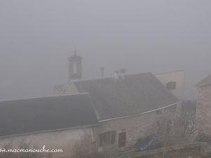 On approche de la partie haute du village avec quelques belles maisons, dans le brouillard.