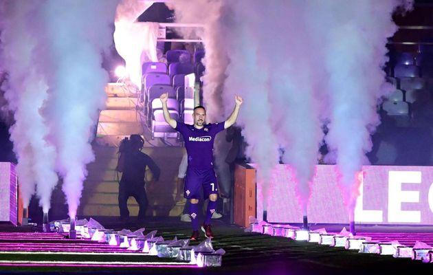 Franck Ribery est accueilli par 12 000 spectateurs au Stadio Artemio Franchi après son déménagement à la Fiorentina (Photos)