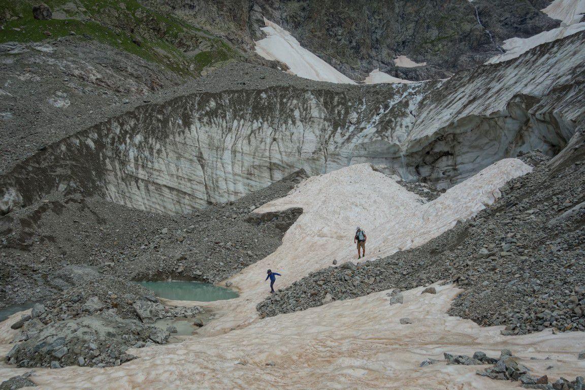 en bas du glacier de la Condamine, lac de fonte et (petit) mur de glace, l'avalanche de la mi-mai l'ayant à moitié recouvert et nuit à son esthétisme