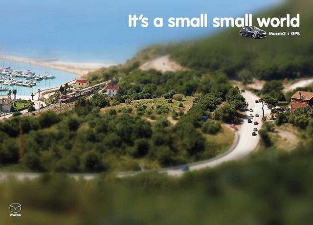 publicité MAZDA une photo floutée en haut et en bas faisant un effet maquette