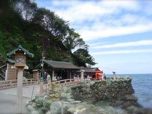 Le petit sanctuaire Okitama bordant la mer