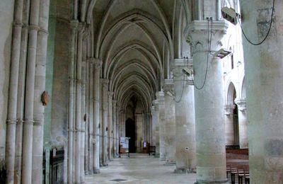 """Vitrail """"Saint Pierre"""", cathédrale de Lisieux"""