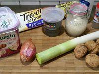 1 - Tailler le blanc de poireau en fines rondelles. Eplucher et émincer l'échalote. La faire revenir dans une poêle avec un filet d'huile d'olive, lorsqu'elle devient translucide, incorporer les poireaux finement taillés, laisser cuire à feu moyen. Pendant ce temps, écraser le fromage (type Boursin) aux figues et noix dans un récipient. Casser les noix et réserver les cerneaux. Vérifier la cuisson du poireau et assaisonner avec sel et poivre. Laisser refroidir et réserver.