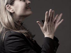 do montebello, une interprète originaire d'albi qui promène sa jolie voix essentiellement en portugais, de la chanson jazz aux couleurs brésiliennes