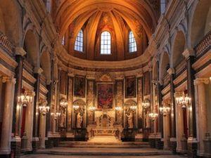 La Chapelle de la Trinité (extérieur et intérieur) Ancienne chapelle des Jésuites baroquisée.
