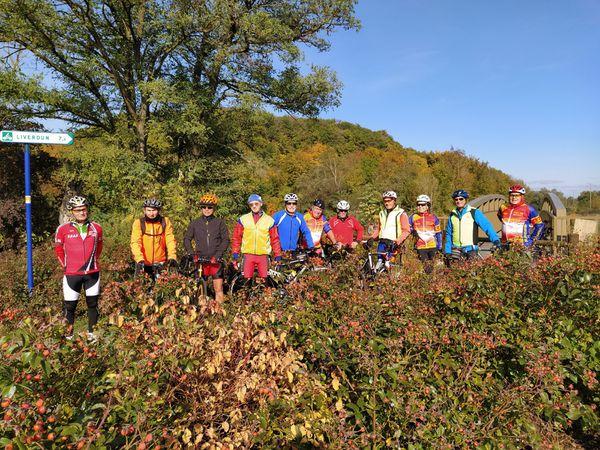 Balade de 50 km proposée par Joël au départ de Toul. Un parcours qui a permis à 12 cyclos d'apprécier sous le soleil les belles couleurs d'automne en longeant la Moselle. Sympathique sortie qui s'est terminée par un pôt au bord de l'eau....