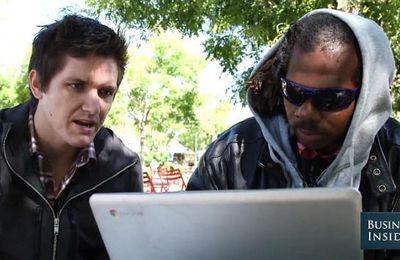 Un créateur de start-up aide un SDF en lui apprenant à coder