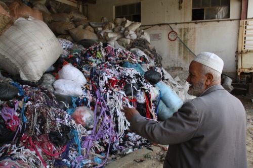 Même si leurs machines peuvent paraître rudimentaires, si les conditions sanitaires dans lesquelles ils exercent leur activité pourraient être améliorées, leur idée fait de ces vieux messieurs des précurseurs de l'Economie verte en Algérie..