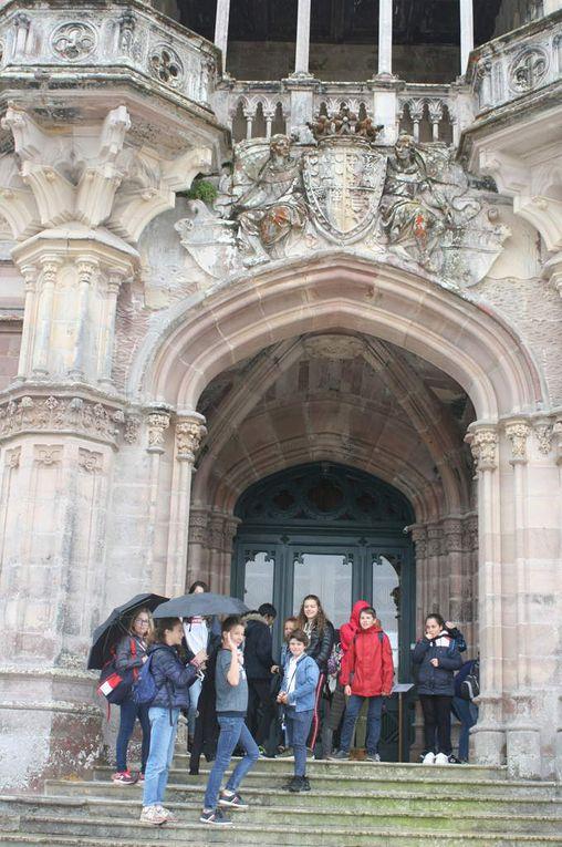 Vue panoramique des monuments de Comillas sous une fine pluie. Aperçu du talent de Gaudí : El Capricho. « On dirait des Legos ! »