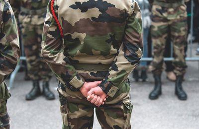 «Nos aînés ont raison»: Plus de  2 000 militaires mitraillent la société hors de contrôle