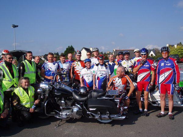 Des cyclos de Plémet, Merdrignac et Collinée sur le parking Super U à Plémet en attendant le passage du relais avec les clubs partis d'Yffiniac et l'arrivée du club de Trévé ; mission terminée à Broons. Une autre équipe va s'en aller vers Dinan.