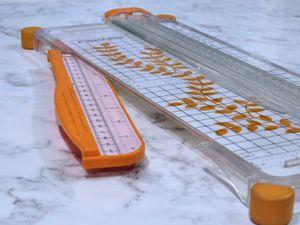 Présentation - Massicot - Cutter - Plioir - Action - Comparatif - Marques - Carl - Fiskars - We R Memory Keepers - Guillotine - Roulette - Accessoires - Avis